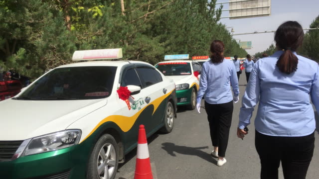 Volunteer cabs for transporting students freeofcharge to attend the college entrance examinations in the Dunhuang high school On June 78 the college...