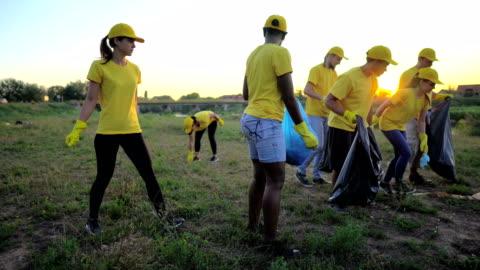 一緒に公園でゴミを拾うボランティア - volunteer点の映像素材/bロール