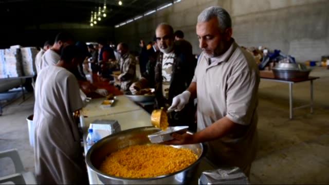 vídeos y material grabado en eventos de stock de 60 volunteers cook for dawn of libya militias who battle against zintan militias in libya's western town of kikla libya on 21 november 2014 - 2014