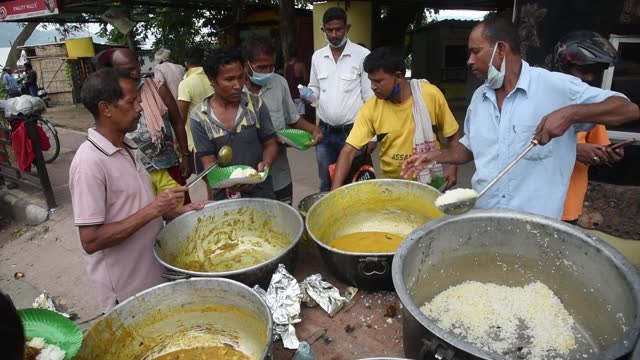 volunteers distribute food to homeless people during the covid-19 pandemic on june 30, 2021 in guwahati, india. india has more than 1.7 million... - eating stock videos & royalty-free footage