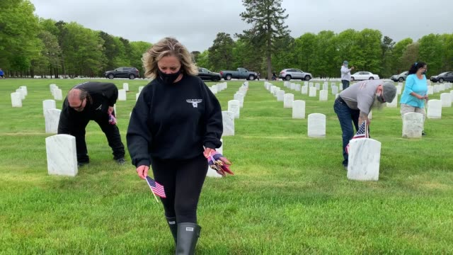 volunteers place flags at the calverton national cemetery on may 23 2020 in wading river new york the us department of veterans affairs suspended the... - us memorial day stock videos & royalty-free footage