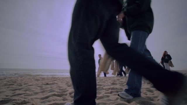 vídeos y material grabado en eventos de stock de volunteers walking from shore - limpieza ambiental