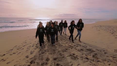 stockvideo's en b-roll-footage met volunteers walking from shore - volunteer
