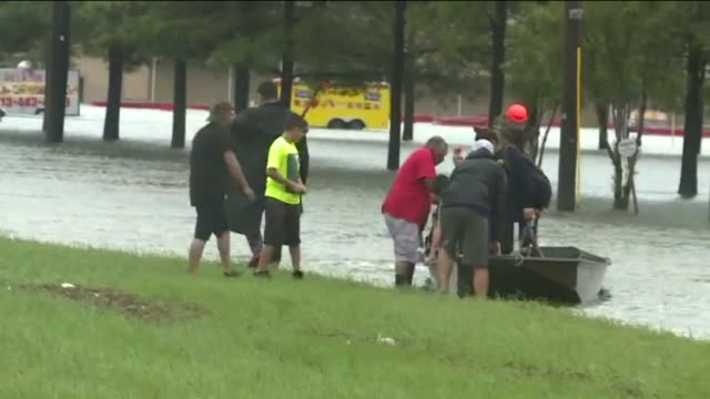 kiah volunteers with boats deliver hurricane harvey flood victims to higher ground near the intersection of wallisville road and uvalde road in... - 救助隊点の映像素材/bロール