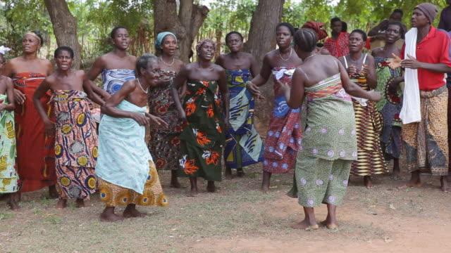 ms pan voodoo ceremony / togo - feierliche veranstaltung stock-videos und b-roll-filmmaterial