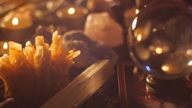 Table de mystique occulte vaudou prestidigitateur lecture setup avec cristaux
