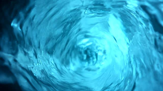 vídeos y material grabado en eventos de stock de super slo mo vórtice de agua bajando por el enchufe - remolino