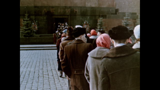 voskhod 2 astronauts at lenin's tomb - ex unione sovietica video stock e b–roll