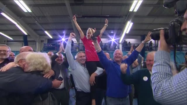stockvideo's en b-roll-footage met vote leave campaigners celebtrating victory in the eu referendum - brexit