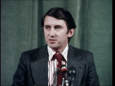 stockvideo's en b-roll-footage met vote of confidence *also available as fs240377010* london steel on platform at press conference pull cms david steel at mikes sof much will depend to... - david steel politiek