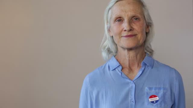 stockvideo's en b-roll-footage met ik heb gestemd - armen over elkaar