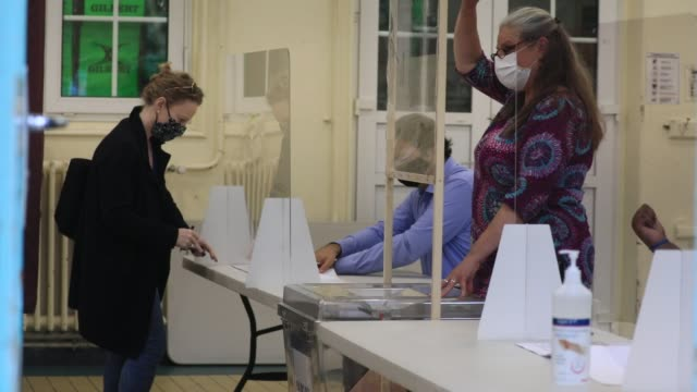 vidéos et rushes de voter place ballot in ballot box in a polling station in the 15th arrondissement of paris during the second round of mayoral elections on june 28... - isore vincent