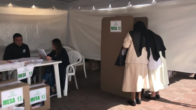 vídeos de stock e filmes b-roll de voters cast their ballots at a polling station during colombian parliamentary elections at congress of colombia in bogota colombia on march 11 2018... - presidente