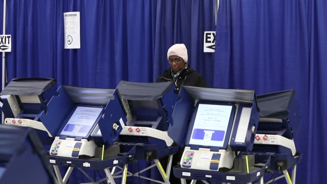 stockvideo's en b-roll-footage met voters cast their ballots in the 2016 presidential elections at a polling station in chicago united states on november 8 2016 - stembus