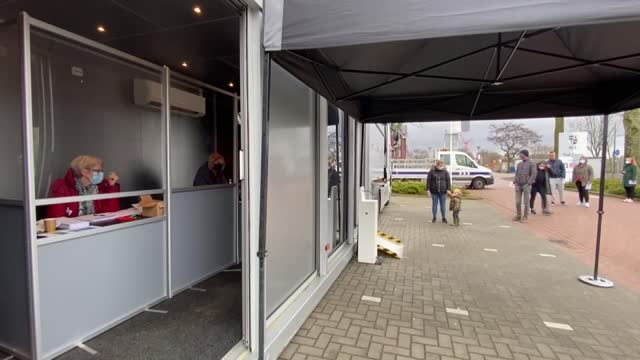 vídeos y material grabado en eventos de stock de voters in the netherlands continue to cast their ballots for a third day on wednesday , in the country's general elections. starting on monday... - number 9
