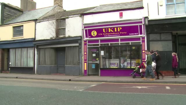 voters in the south thanet constituency in southeast england express mixed opinions on the candidacy of ukip party leader nigel farage who will... - ramsgate bildbanksvideor och videomaterial från bakom kulisserna
