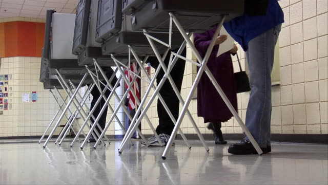 ms, voters in voting booths, low section, ypsilanti, michigan, usa - ypsilanti bildbanksvideor och videomaterial från bakom kulisserna