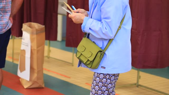 vidéos et rushes de voters leave the voting booth at a polling station in the 15th arrondissement of paris during the second round of mayoral elections on june 28 2020... - isore vincent