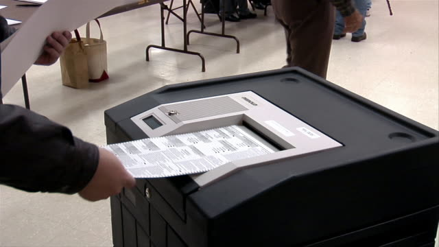 stockvideo's en b-roll-footage met cu, voters putting ballots into machine, ypsilanti, michigan, usa - verkiezing