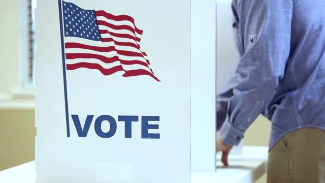 lv väljare roterar in och ut ur båset i ett usa-val. - valurna bildbanksvideor och videomaterial från bakom kulisserna
