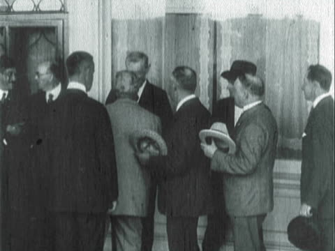 vidéos et rushes de montage voters signing papers and standing in line shaking president wilson's hand / united states - 1910 1919