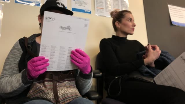 voters wait to register before casting their ballots in primary elections on march 10 2020 in seattle washington although most washington state... - stato di washington video stock e b–roll