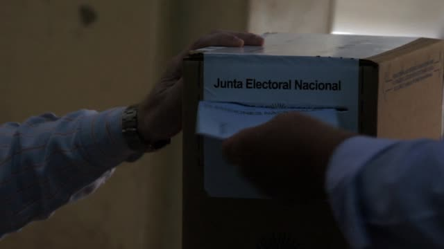 vídeos y material grabado en eventos de stock de voting in midterm elections began in argentina sunday in balloting likely to confirm the beginning of the political end of president cristina... - argentina
