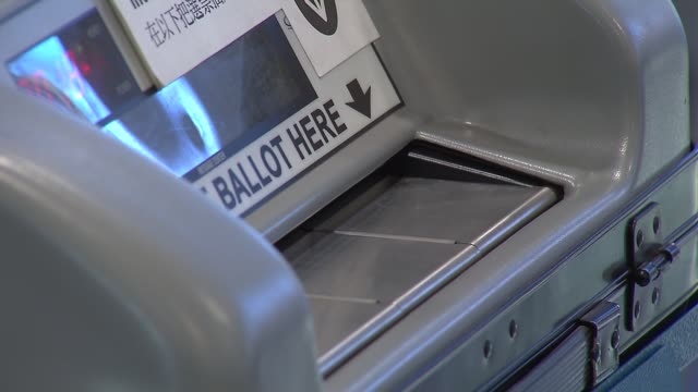 stockvideo's en b-roll-footage met voting in the illinois primary on march 18 2014 in chicago illinois - stembus