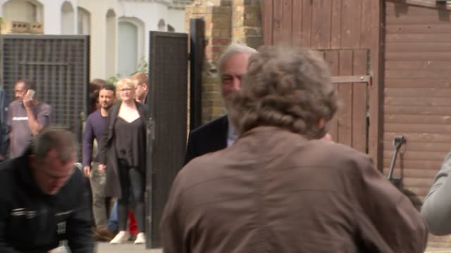 voting labour leader jeremy corbyn voting england london islington ext jeremy corbyn along into polling station / corbyn out of polling station and... - イズリントン点の映像素材/bロール