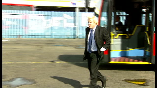 vox pops with london taxi drivers and cyclists boris johnson off bendy bus as talking to journalists and photographers sot general views of bendy... - replacement stock videos & royalty-free footage