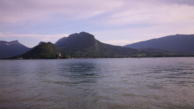 vue panoramique au bord du lac d'annecy - auvergne rhône alpes stock videos & royalty-free footage