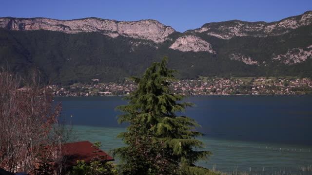 vue panoramique du lac d'annecy - auvergne rhône alpes stock videos & royalty-free footage