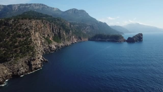 vue sur les côtes de l'île de majorque - balearic islands stock videos and b-roll footage