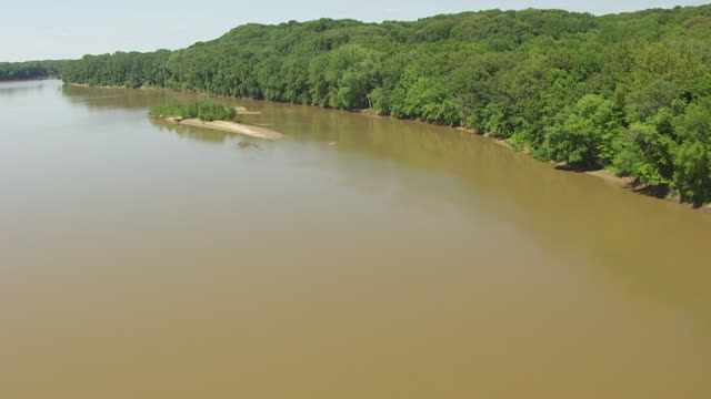 vídeos de stock e filmes b-roll de ws aerial pov wabash river with sandbar and forest area, clear sky in background / posey county, new harmony, indiana, united states - banco de areia