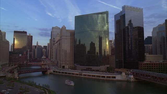 vidéos et rushes de ms, ha, wacker avenue and bridges, chicago, illinois, usa - métro de chicago