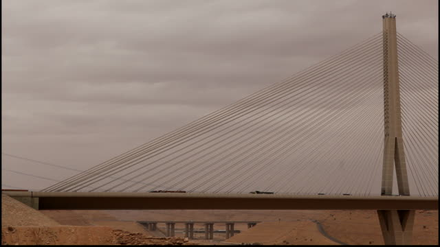 wadi leban bridge, riyadh, saudi arabia. view of traffic flowing off the cable-stayed bridge designed by structural engineer seshadri srinivasan. - cable stayed bridge stock videos & royalty-free footage