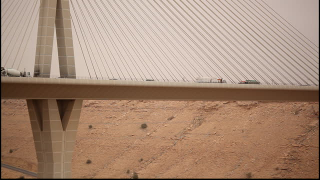 wadi leban bridge, riyadh, saudi arabia. view of traffic flowing on the cable-stayed bridge designed by structural engineer seshadri srinivasan. - cable stayed bridge stock videos & royalty-free footage