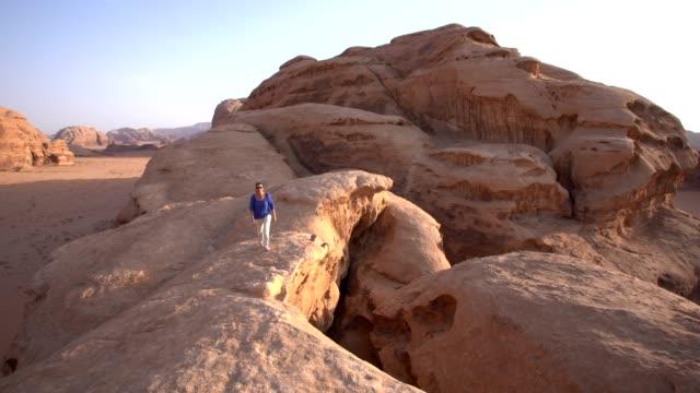 vídeos y material grabado en eventos de stock de wadi rum - sandstone desert landscape - pared de roca