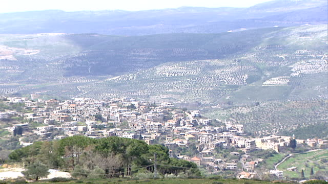 vídeos de stock e filmes b-roll de wadi taym. view of a lebanese village nestled in the hilly wadi taym region of southern lebanon. - pinaceae