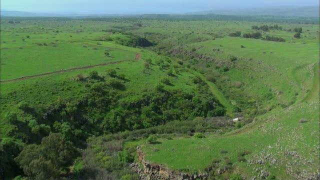 vidéos et rushes de aerial wadi zavitan in southern golan heights / israel - vallée