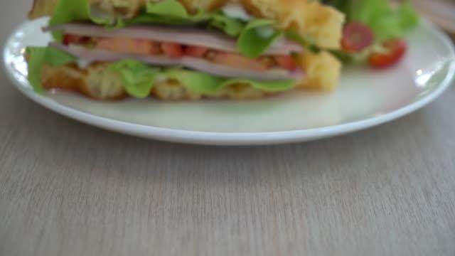 vídeos de stock, filmes e b-roll de sanduíche de queijo presunto de waffle - condição natural