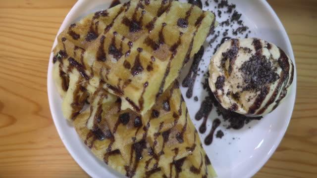 vídeos y material grabado en eventos de stock de waffle ice cream top view - waffles belgas