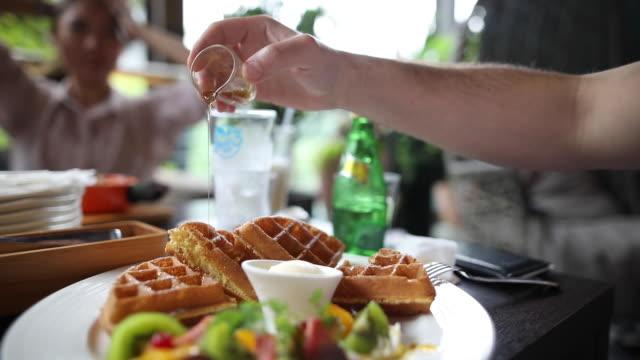 vídeos y material grabado en eventos de stock de waffle con miel - waffles