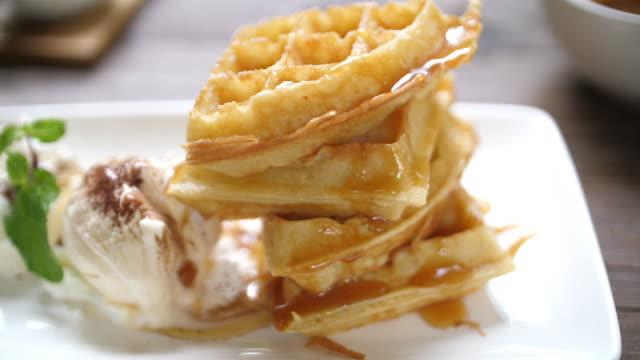 vídeos y material grabado en eventos de stock de slo mo barquillos y crema - waffles