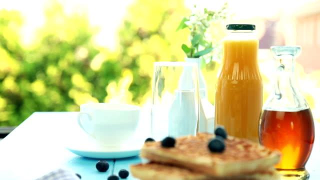 vídeos y material grabado en eventos de stock de wafles el desayuno - waffles belgas