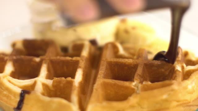 vídeos y material grabado en eventos de stock de gofres con chocolate - waffles