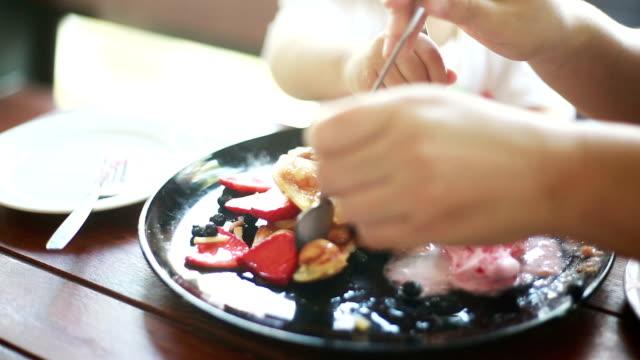 vídeos de stock, filmes e b-roll de waffles com morango e sorvete - waffles