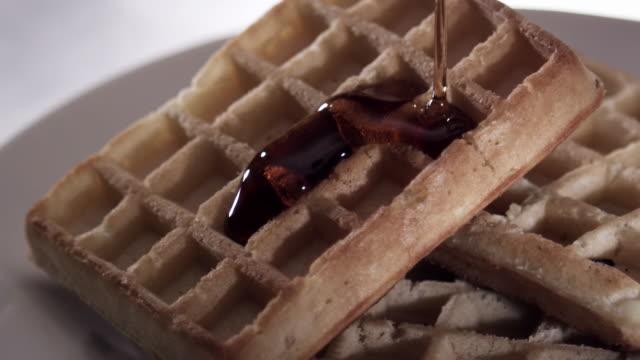 vídeos y material grabado en eventos de stock de waffles with syrup pour - waffles