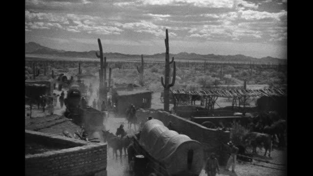 wagon train in the desert - selvaggio west video stock e b–roll