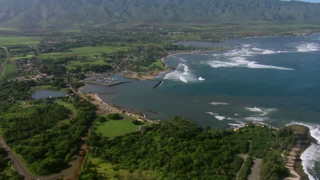 stockvideo's en b-roll-footage met waialua bay with mount ka'ala in the background, on oahu's north shore. - oahu
